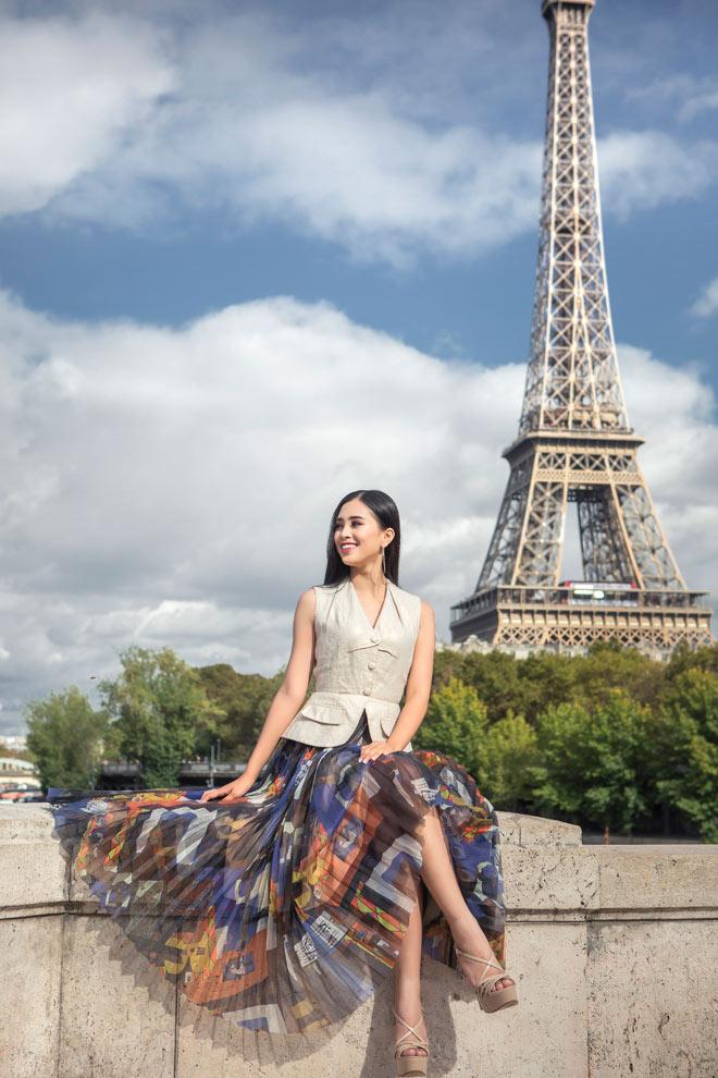 Hoa hậu Trần Tiểu Vy đẹp sang trọng giữa phố Paris - 2