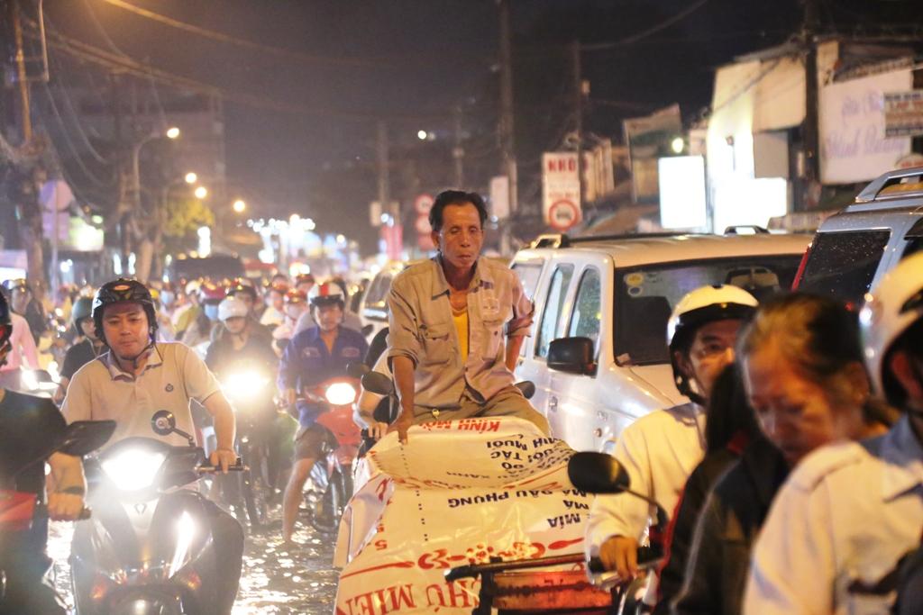 """Ngập nước, kẹt xe kinh hoàng, người Sài Gòn như """"hóa điên"""" - 3"""