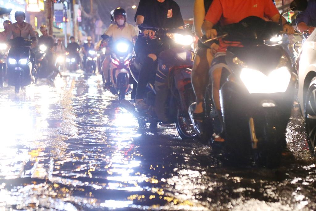 """Ngập nước, kẹt xe kinh hoàng, người Sài Gòn như """"hóa điên"""" - 4"""