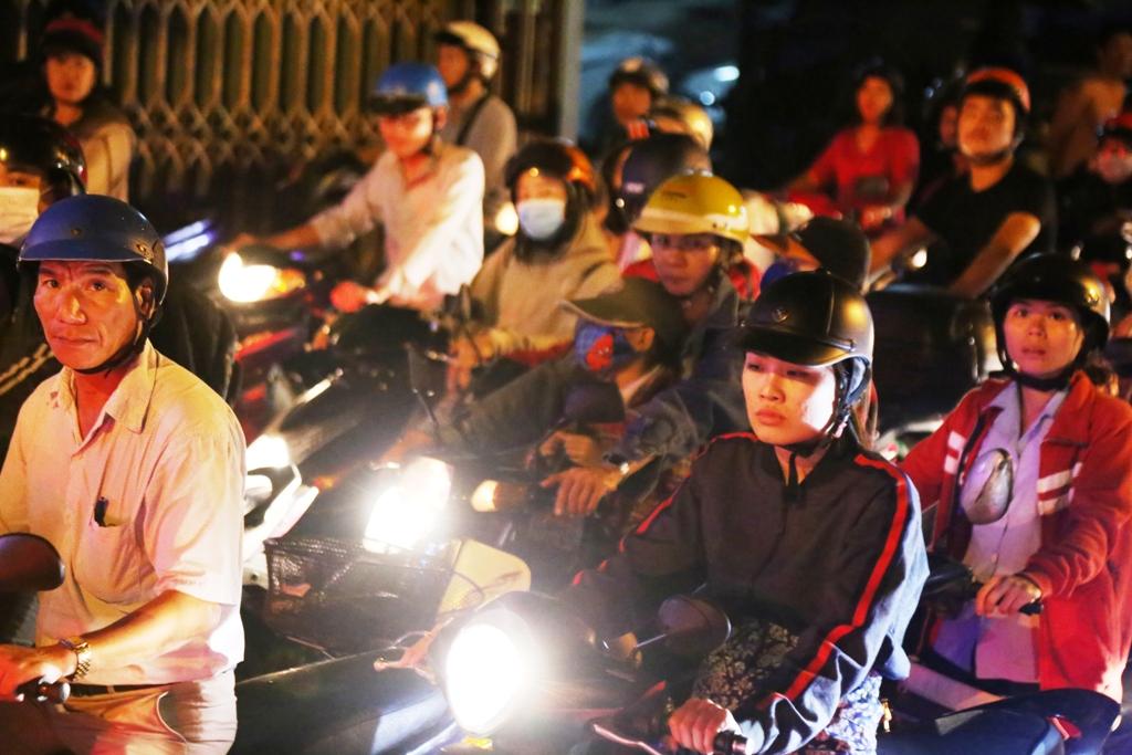 """Ngập nước, kẹt xe kinh hoàng, người Sài Gòn như """"hóa điên"""" - 8"""