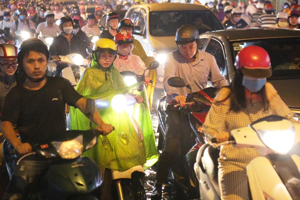 """Ngập nước, kẹt xe kinh hoàng, người Sài Gòn như """"hóa điên"""" - 7"""