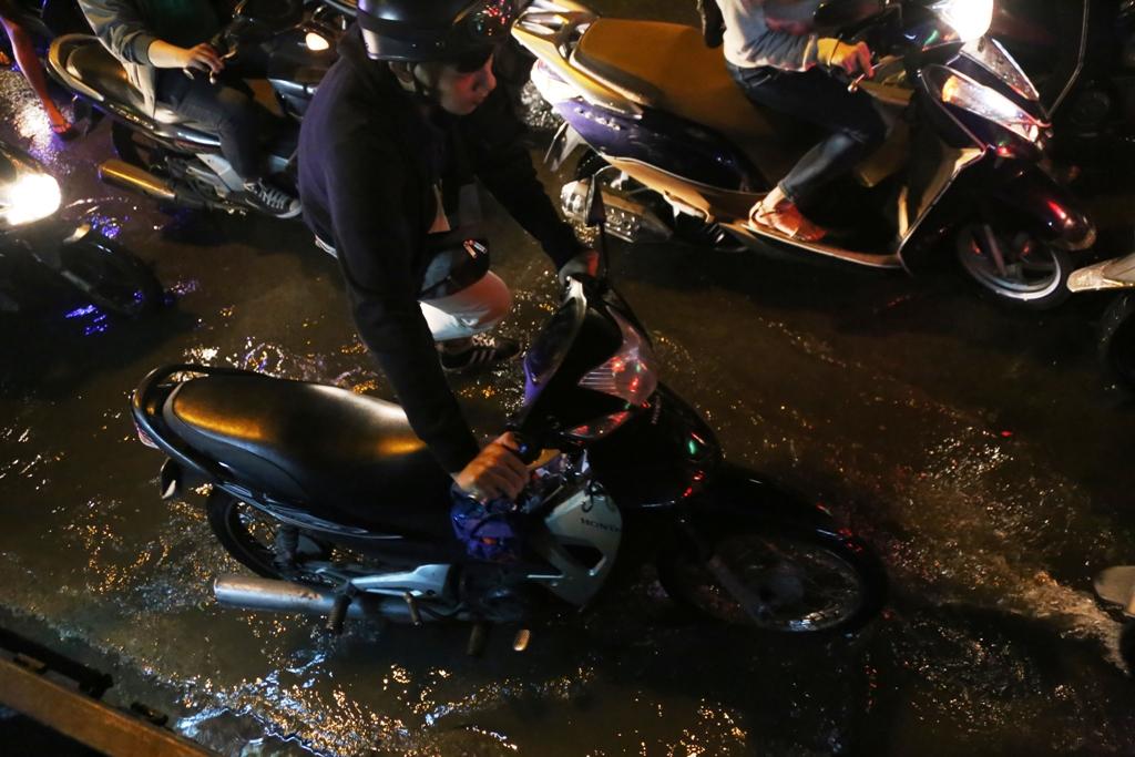 """Ngập nước, kẹt xe kinh hoàng, người Sài Gòn như """"hóa điên"""" - 12"""