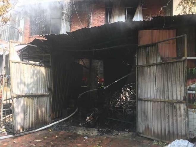 Hà Nội: Cháy lớn tại xưởng sản xuất sofa, nghi có người mắc kẹt - 1