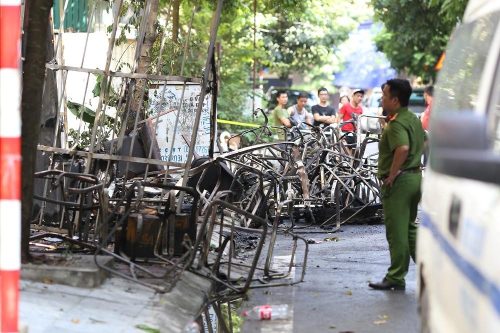 Những hình ảnh đau lòng sau vụ cháy xưởng sản xuất ghế sofa ở Hà Nội - 3