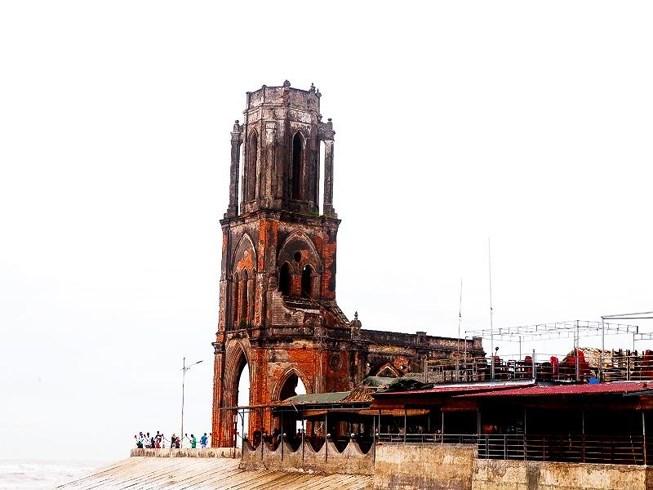 Nhà thờ Trái tim: Khi hoang tàn thành chốn rong chơi - 1
