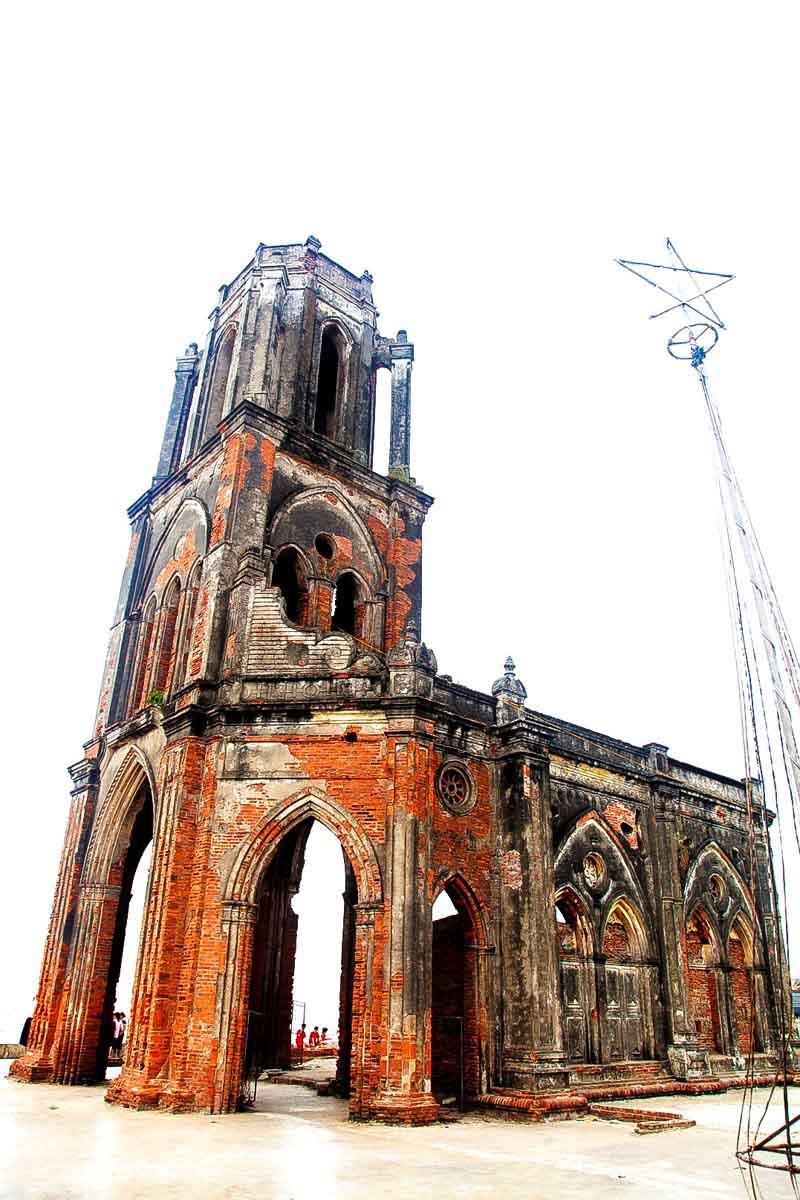 Nhà thờ Trái tim: Khi hoang tàn thành chốn rong chơi - 2