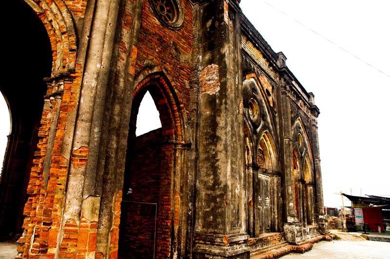 Nhà thờ Trái tim: Khi hoang tàn thành chốn rong chơi - 4