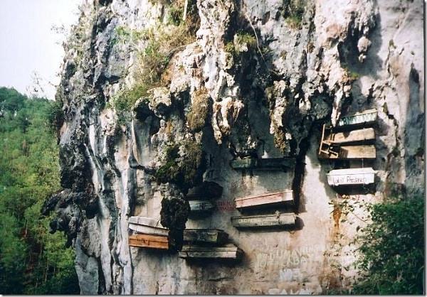 Bạn biết gì về tục Huyền Táng - những cỗ quan tài cheo leo vách núi?