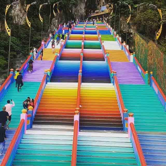 Vượt 272 bậc thang cầu vồng để đến ngôi đền cầu được ước thấy - 5