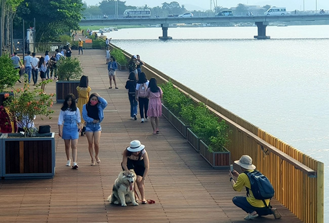 """Cầu đi bộ lát gỗ lim """"siêu sang"""" ở Huế thu hút giới trẻ - 4"""
