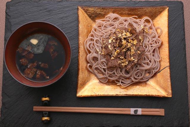 Giàu có như người Nhật, đem vàng bọc vào thức ăn chỉ để trang trí - 5