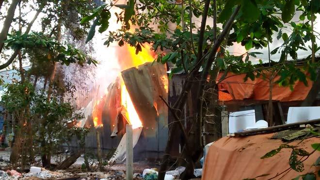 Nhà xưởng rực lửa, người dân xô chậu múc nước dập đám cháy - 1