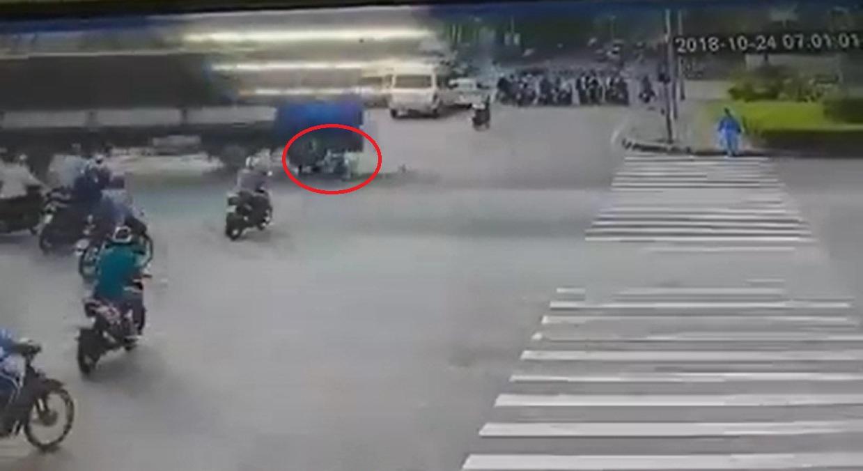 Clip: Thanh niên thoát chết thần kỳ ngay sát bánh xe tải sau tai nạn - 1
