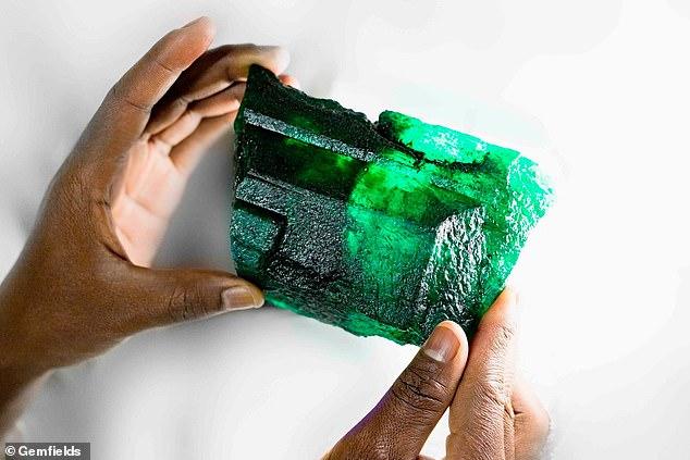 Tìm thấy đá quý đắt hơn kim cương, nặng 1,1kg ở hầm mỏ Zambia - 1