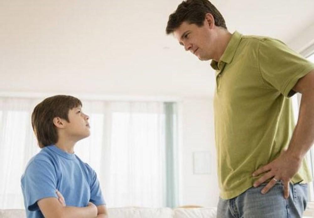 """Giật mình với những thói quen thường thấy khiến """"con hư tại bố"""" - 4"""