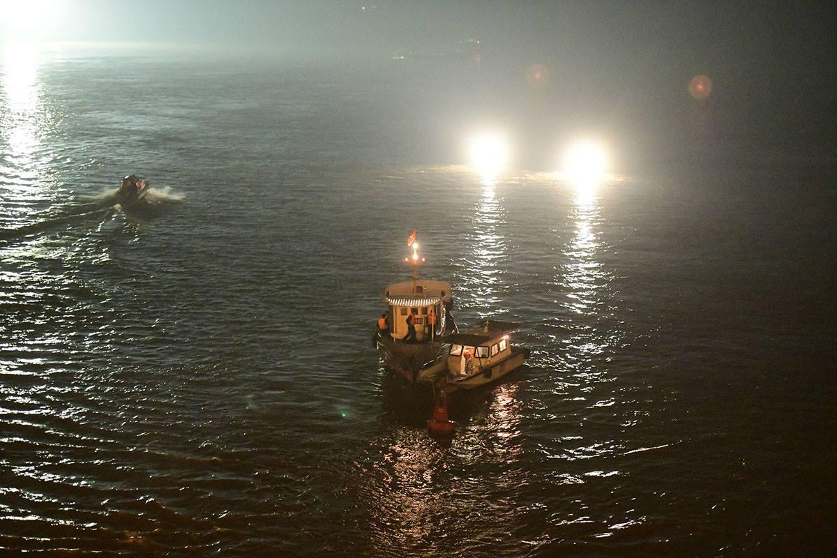 Cận cảnh trục vớt ô tô Mercedes húc bay lan can cầu Chương Dương, lao xuống sông Hồng - 1