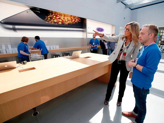 """""""Nữ tướng"""" này được trả lương gần gấp đôi CEO Tim Cook tại Apple - 2"""