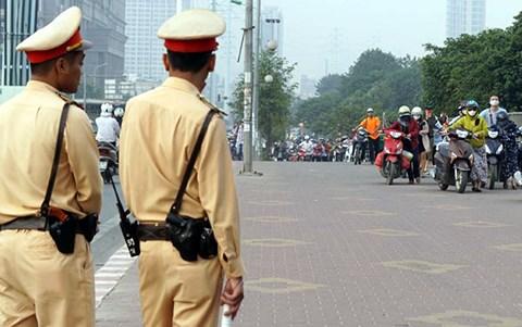 CSGT Hà Nội lên tiếng vụ người dân dắt xe máy trên vỉa hè đường ngược chiều - 1