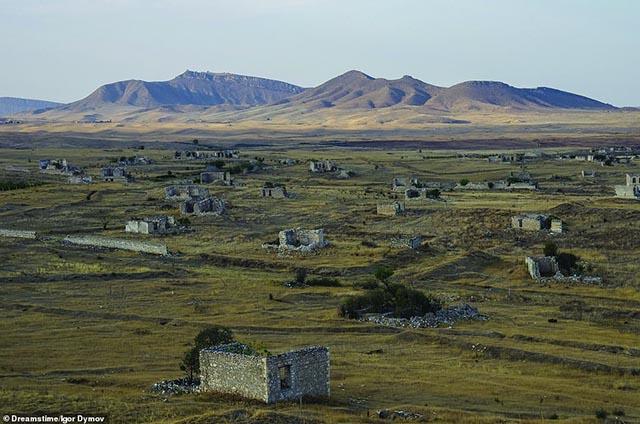Rợn người vì những bí ẩn đằng sau nhiều ngôi làng bị bỏ hoang trên thế giới - 12