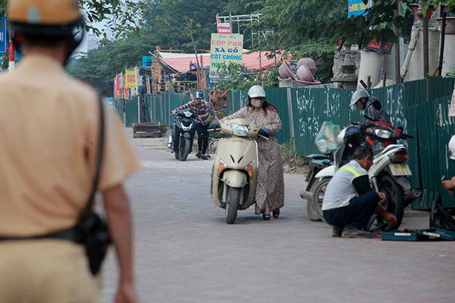"""Những hình ảnh lạ lùng trên phố """"dắt xe đi bộ"""" duy nhất ở Việt Nam - 2"""