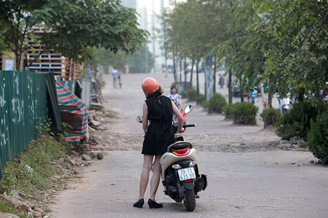 """Những hình ảnh lạ lùng trên phố """"dắt xe đi bộ"""" duy nhất ở Việt Nam - 8"""
