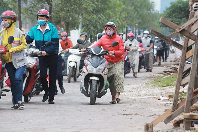 """Những hình ảnh lạ lùng trên phố """"dắt xe đi bộ"""" duy nhất ở Việt Nam - 5"""