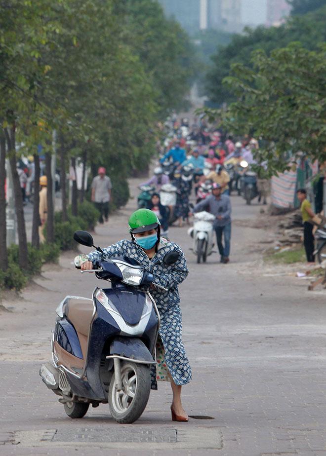 """Những hình ảnh lạ lùng trên phố """"dắt xe đi bộ"""" duy nhất ở Việt Nam - 7"""