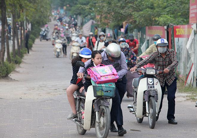 """Những hình ảnh lạ lùng trên phố """"dắt xe đi bộ"""" duy nhất ở Việt Nam - 4"""