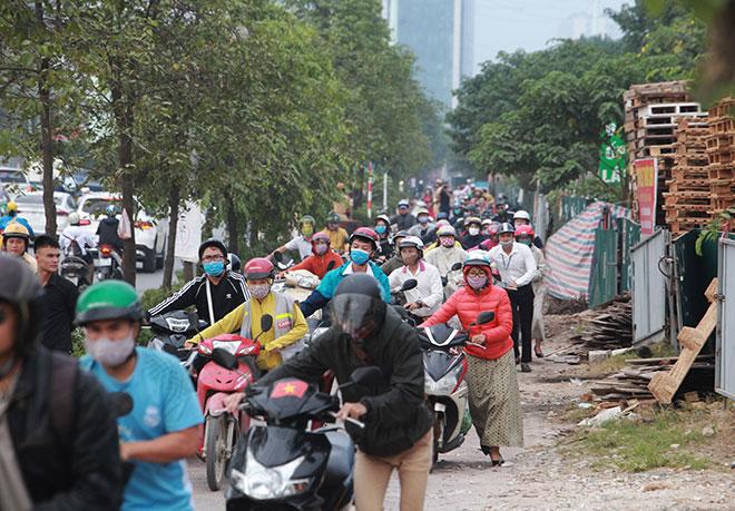 """Những hình ảnh lạ lùng trên phố """"dắt xe đi bộ"""" duy nhất ở Việt Nam - 1"""