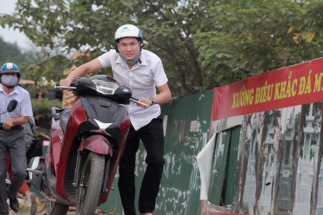 """Những hình ảnh lạ lùng trên phố """"dắt xe đi bộ"""" duy nhất ở Việt Nam - 9"""