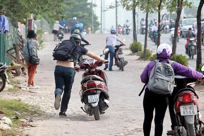 """Những hình ảnh lạ lùng trên phố """"dắt xe đi bộ"""" duy nhất ở Việt Nam - 11"""