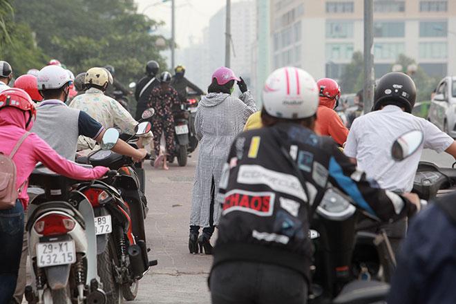 """Những hình ảnh lạ lùng trên phố """"dắt xe đi bộ"""" duy nhất ở Việt Nam - 12"""