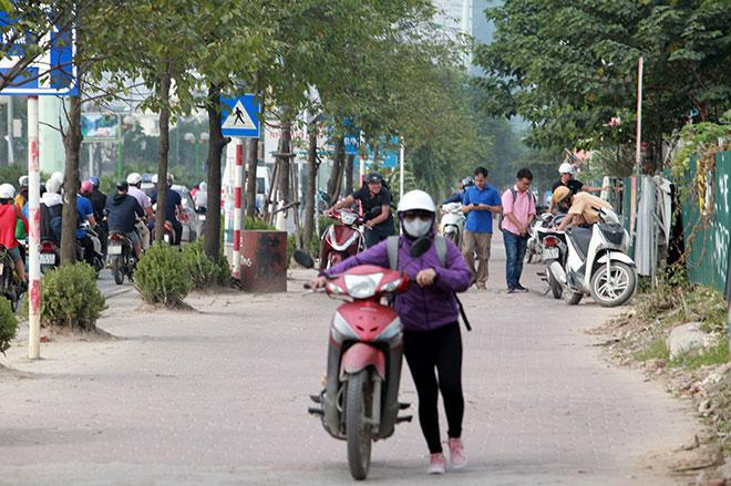 """Những hình ảnh lạ lùng trên phố """"dắt xe đi bộ"""" duy nhất ở Việt Nam - 13"""
