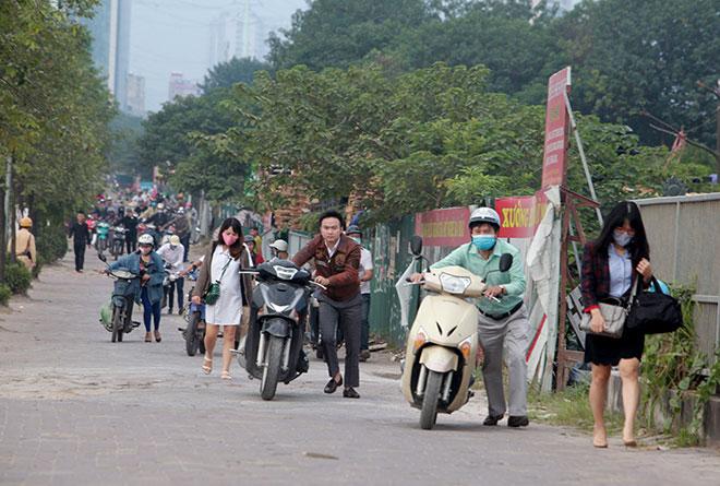 """Những hình ảnh lạ lùng trên phố """"dắt xe đi bộ"""" duy nhất ở Việt Nam - 10"""