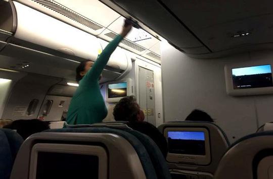 """Đội lốt doanh nhân đi máy bay hạng thương gia để """"móc túi"""" - 1"""