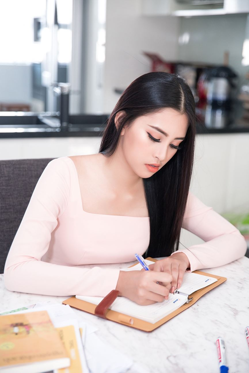 Tiểu Vy tích cực học tiếng Anh chuẩn bị dự thi Miss World - 6