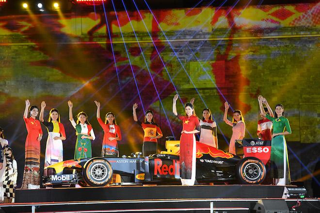 Cận cảnh xe đua F1 trị giá hàng triệu USD tại Hà Nội - 4
