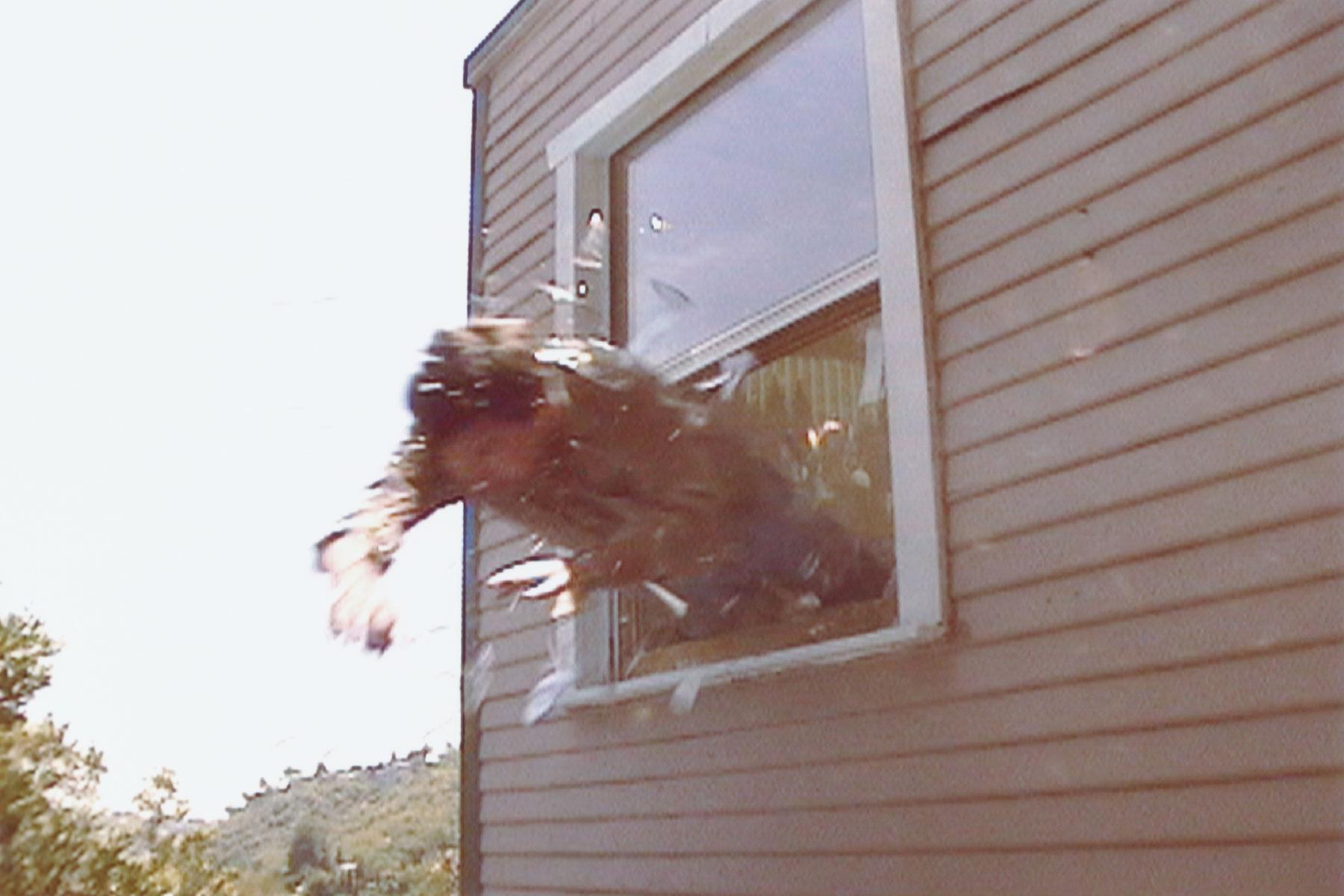Bị 2 sinh viên lột đồ cưỡng bức, người đàn ông phi thân qua cửa sổ và cái kết - 1