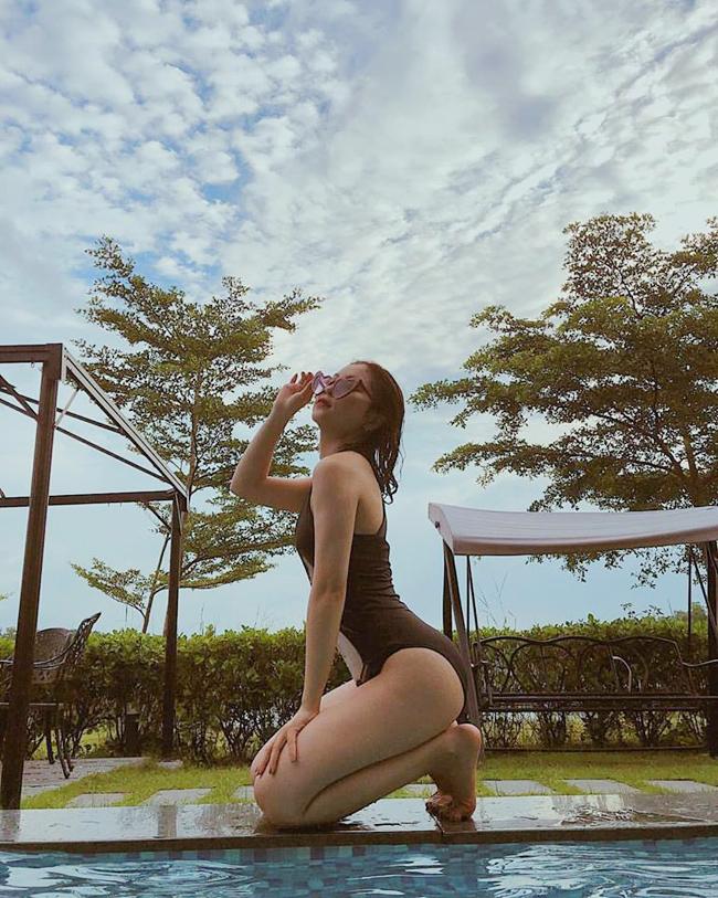 Sở hữu vóc dáng thon gọn nhờ chăm chỉ tập luyện, Nhật Lê thường xuyên khoe khéo với bikini.