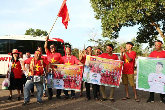 """Việt Nam đấu Lào: """"Rừng"""" fan áo đỏ áp đảo chủ nhà, hâm nóng khán đài - 3"""