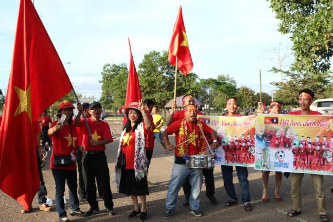 """Việt Nam đấu Lào: """"Rừng"""" fan áo đỏ áp đảo chủ nhà, hâm nóng khán đài - 5"""