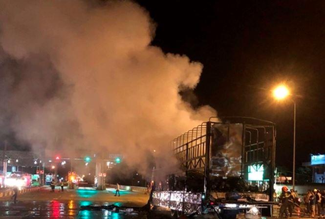 Xe tải đang chạy bất ngờ cháy ngùn ngụt trên quốc lộ - 1