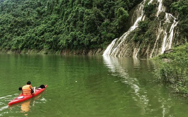 Bơi thuyền trên lòng hồ Na Hang giữa đại ngàn - 1