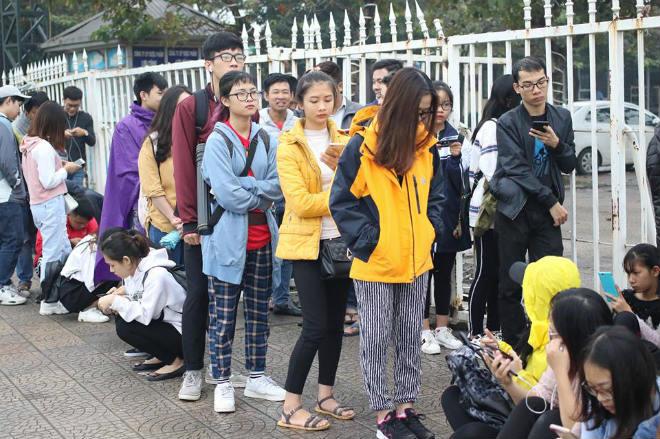 Trực tiếp mua vé ĐT Việt Nam - Malaysia: Fan Việt chen lấn, đội mưa xuyên đêm - 1