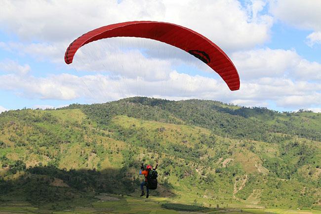 Du khách phấn khích với môn thể thao mạo hiểm dù lượn trên núi lửa - 4