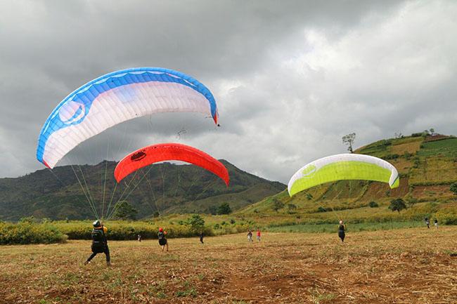 Du khách phấn khích với môn thể thao mạo hiểm dù lượn trên núi lửa - 5