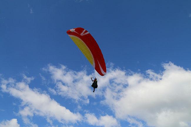 Du khách phấn khích với môn thể thao mạo hiểm dù lượn trên núi lửa - 7