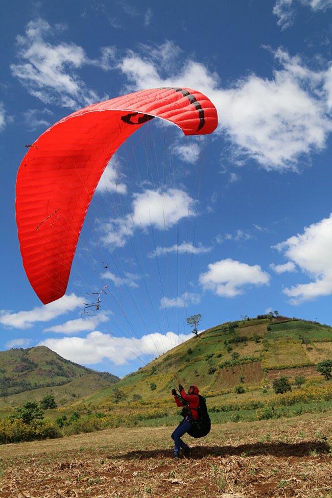 Du khách phấn khích với môn thể thao mạo hiểm dù lượn trên núi lửa - 8
