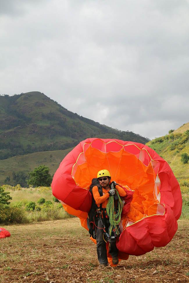 Du khách phấn khích với môn thể thao mạo hiểm dù lượn trên núi lửa - 9