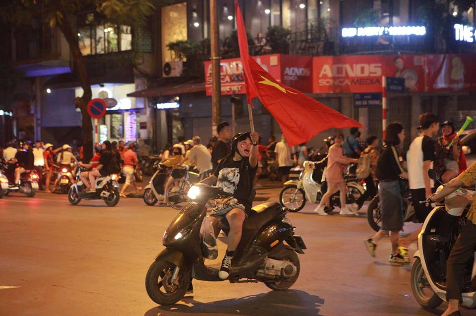"""CĐV đổ ra đường """"đi bão"""", cờ đỏ sao vàng nhuộm đỏ phố phường - 16"""